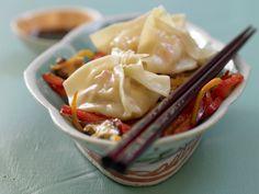 Gibt es beim Asiaten – lassen sich aber auch selber machen. Gedämpfte Garnelen-Teigtaschen - mit knackigem Wokgemüse - smarter - Kalorien: 292 Kcal - Zeit: 45 Min. | eatsmarter.de