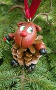 rudolph the red nose reindeer ornament Mehr Pine Cone Christmas Decorations, Pinecone Ornaments, Reindeer Ornaments, Red Nosed Reindeer, Diy Christmas Ornaments, Noel Christmas, Xmas, Pine Cone Crafts, Rudolph The Red