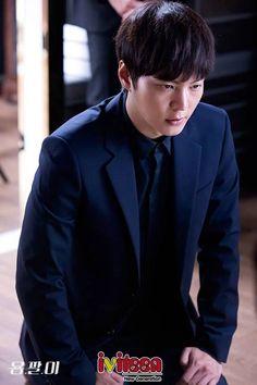 """""""Lang băm"""" Joo Won quỳ gối cầu xin kẻ thù cứu mạng em gái - http://www.iviteen.com/lang-bam-joo-won-quy-goi-cau-xin-ke-thu-cuu-mang-em-gai/ Mặc ý kiến chê bai nội dung của dự án truyền hình Yongpal (Thiên Tài Lang Băm)  ngày càng nhạt, bộ phim đã lấy lại """"phong độ"""" của mình bằng những tình tiết hấp dẫn, kịch tính trong tập 10 vừa lên sóng tối ngày 03/09. Cặp đôi Han Yeo Jin (Kim Tae Hee) �"""