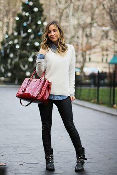 calça preta, camisa jeans bota de cano curto suéter off-white