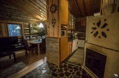 Kivikoski Cottage by ther river, 5-8 persons, two bedrooms two alcoves  Kivikosken olohuone ja takka