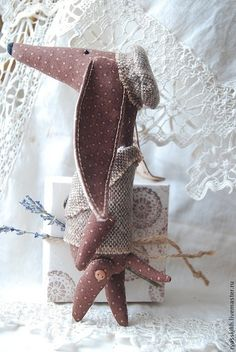 Купить или заказать Такса Коко в интернет-магазине на Ярмарке Мастеров. Маленькая текстильная такса оделась потеплее...Холодно! Тяф! Но в собаке все должно быть красиво)) И уши по ветру)) Авторская выкройка!