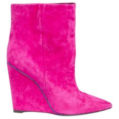 Pre-owned Emilio Pucci Pink Suede Ankle Boots ($347) ❤ liked on Polyvore featuring shoes, boots, ankle booties, pink, pink suede boots, emilio pucci, pink ankle boots, ankle bootie boots and suede bootie