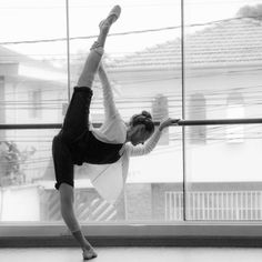 Do you even fouetté? Ballet Class, Ballet Dancers, Ballet Feet, Dance Photos, Dance Pictures, Ballet Photography, Photography Poses, Dance Flexibility Stretches, Stretching