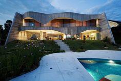 Fachada de concreto em curvas da Casa Valinhos, obra do arquiteto Ruy Ohtake