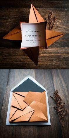 Orgami bryllups invitasjon.  Gi dine gjester en unik opplevelse ved å åpne disse flotte, håndfoldede origami-invitasjonene. Papir i kobber og sort.   #bryllupsinvitasjon #designedbyPenn&Paperie