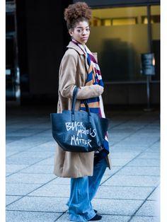 """Die Tasche mit der wohl relevantesten Botschaft rund um die New York Fashion Week sehen wir hier: Die Tote mit der Aufschrift """"Black Models Matter"""" stammt von Model Ashley B. Chew."""