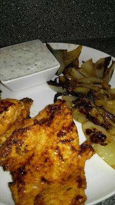 Kuřecí grilovaný steak s grilovanou cibulkou a domácím jogurtovým dipem s česnekem a bylinkami z odtučněného jogurtu