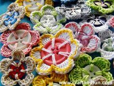 Crochet Button Flowers: free crochet picture tutorial ✿⊱╮Teresa Restegui http://www.pinterest.com/teretegui/✿⊱╮