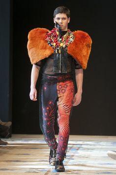 Diseñador Visori FashionArt. XIV Edición VFW.  http://www.elbolsodemaribel.com/wp-content/uploads/2013/02/visorifashionart7.jpg