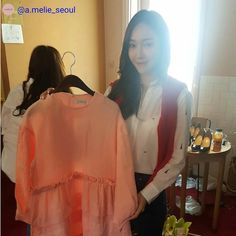 """532 lượt thích, 2 bình luận - 🌟220cmJessica🌟 (@220cmjessica) trên Instagram: """"RT @a.melie_seoul . 언제나 밝고 스타일리시한 제시카 씨의 선택은 아멜리에 핑크 캉캉 드레스였습니다! 어떻게 연출하실지 궁금합니다:) #플리마켓 #벼룩시장…"""""""