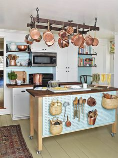 キッチンの作業台を上手に活用。普段は何もない場所も、こんな風に収納として使えたら素敵ですよね。
