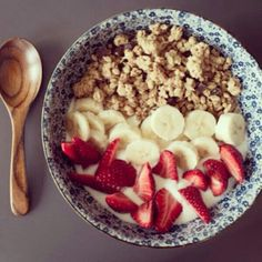 Oh that looks amazing, banana, strawberries and granola. HEALTHY FOOD.