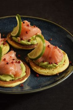 Blinis con crema di avocado e salmone ♦๏~✿✿✿~☼๏♥๏花✨✿写☆☀🌸🌿🎄🎄🎄❁~⊱✿ღ~❥༺♡༻🌺WE Dec ♥⛩⚘☮️ ❋ Finger Food Appetizers, Appetizer Recipes, Masterchef, Good Food, Yummy Food, Appetisers, Creative Food, Coffee Break, Clean Eating Snacks