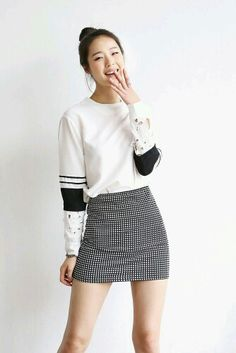 Absolutely love the details on the sleeves. Black and white outfits are always favorite. Fall Outfits, Casual Outfits, Cute Outfits, Fashion Outfits, Mega Fashion, Asian Fashion, Checkered Outfit, Checkered Skirt, Minimal Fashion