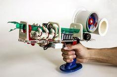 pistolet-scotch-01Des étudiants du Hasso-Plattner Institute en Allemagne ont créé ce prototype de « Protopiper » qui utilise des rouleaux de ruban adhésif classique pour fabriquer des tubes qui peuvent être assemblés pour créer des objets ou des meubles.