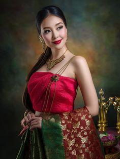 Toktak by Chakrit Chanpen Traditional Thai Clothing, Traditional Fashion, Traditional Dresses, Oriental Fashion, Asian Fashion, Asian Woman, Asian Girl, Pinturas Art Deco, Thai Brides