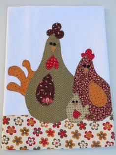 Patch aplique de Galo e família. Bordado em ponto caseado Barra e aplicação em tecido 100% algodão. Sob encomenda, as estampas podem sofrer alterações, mantendo as tonalidades. Applique Patterns, Applique Designs, Embroidery Applique, Embroidery Stitches, Quilt Patterns, Chicken Quilt, Sewing Projects, Craft Projects, Chicken Crafts