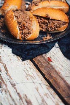 Cette délicieuse recette de petits pains fourrés de ma maman m'a suivi toute ma jeunesse. C'était un plat que j'appréciais vraiment surtout lorsque je reve Beef Recipes, Chicken Recipes, Cooking Recipes, Appetizer Recipes, Appetizers, Rage, Lunch Buffet, How To Cook Beef, Good Food