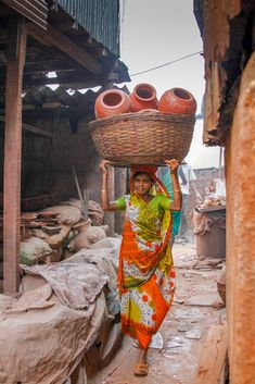 Places to see in India: Working hard in the Dharavi Slum in Mumbai. India is one of the most incredible and beautiful vacation destinations, here are the ten things to see and cities to be sure to add to your itinerary. Rural India, Amazing India, India Culture, India People, Arte Popular, Slums, Monuments, People Of The World, India Travel