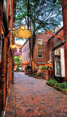 Commercial Alley splits Penhallow St. and Market Street in downtown Portsmouth, New Hampshire • photo: Phil Cohen on The Daily Portsmouth