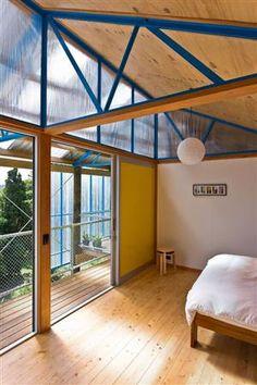 Quando este projeto ganhou o prêmio work-in-progress,em 2012, na competição Cavalier Bremworth Unbuilt Architecture – além de, em 2013, ter ficado entre os seis projetos finalistas da revista Home -, os jurados logo o associaram à famosa Eames House, um marco da arquitetura moderna de meados do século 20, localizada em Los Angeles. Os responsáveis por ela, contudo, defendem que tal similaridade é apenas coincidência. Se coincidência ou não, certo é que a obra é digna dos prêmios recebidos e…