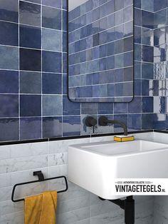 I N S P I R A T I E  Deze moderne blauwe wandtegels maken de badkamer helemaal af! De Artisan Colonial Blue 13,2x13,2 staat perfect in combinatie met verschillende woonstijlen.   #inspiratie #modern #blauw #artisan #colonial #blue #woonstijl #badkamer Kitchen Tiles, Colonial, Sink, Artisan, Bathtub, Bathroom, Home Decor, Toilets, Bathing