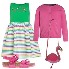 Vestito multicolore senza maniche con scollo tondo, sandalini fucsia con brillantini e cinturino alla caviglia, cardigan con bottoni, maniche lunghe e simpatica borsetta a forma di fenicottero rosa.