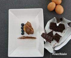 Mousse al cioccolato, frutti rossi e lingue di gatto