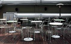 Merk: Kartell  Model: Top Top design tafels  Design: Philippe Starck  Kleur: Voetplaat zilver/ poot helder kristal/ blad wit  Afmetingen: 70 x 70 cm.