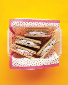 Graham Crackers with Fruity Cream Cheese - Indulge a sweet tooth: Mash fresh fruit, such as berries, bananas, or ripe pears, into cream cheese and sandwich between graham cracker squares. Cream Cheese Sandwiches, Dorm Food, Princess Tea Party, Lunch To Go, Lunch Box, After School Snacks, School Lunches, Cupcakes, Kid Friendly Meals