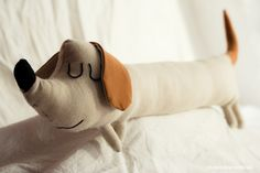 muñeco tela lino marrón perro gos dog salchicha alargado animal animales fauna Fauna, Dog Cat, Dolls, Eyes, Baby, Creative People, Dachshund Dog, Bullion Embroidery, Dogs