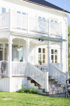 ℒίlla fгuns dagɓok Swedish Cottage, French Cottage, Nordic Home, Scandinavian Home, Veranda Railing, Cottage Porch, Front Porch Design, House Entrance, White Houses