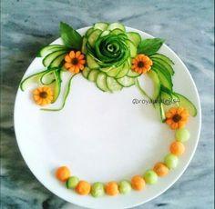 تزیین بشقاب Veggie Platters, Veggie Tray, Salad Design, Food Design, Fruits Decoration, Creative Food Art, Crudite, Fruit And Vegetable Carving, Food Carving