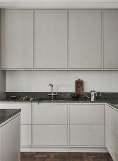 Cozinha com estilo minimalista com cores quentes