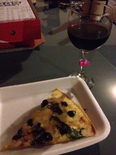 Deliciosa Pizza de Arándanos y queso de cabra, vino tinto para acompañar