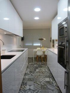 Stunning Small Kitchen Design Ideas & Layout with Floor Plan Pictures Mini Kitchen, New Kitchen, Kitchen Dining, Kitchen Decor, Galley Kitchen Design, Interior Design Kitchen, Kitchen Diner Extension, Narrow Kitchen, Kitchenette