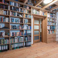 Für Bücherliebhaber ist eine Bibliothek fast unumgänglich. Diese wurde - wie fast alle anderen Möbel in diesem Haus - aus Eichenholz gefertigt und birgt eine Menge Platz für alle Bücherschätze. Bookcase, Shelves, Home Decor, House, Shelving, Decoration Home, Room Decor, Book Shelves, Shelving Units