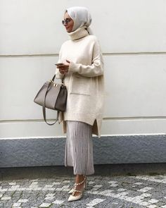How To Wear Chunky Knits With Hijab With the weather now turning, we will all be grabbing our chunky knits from our wardrobes. If you wear the hijab you might be a bit hesitant with the chunky knits, afraid they might make you…Read Modest Fashion Hijab, Hijab Chic, Abaya Fashion, Muslim Fashion, Islamic Fashion, Fashion Outfits, Hijab Mode, Mode Abaya, Modest Wear