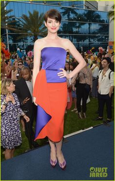 anne hathaway kristin chenoweth miami rio 2 01 Anne Hathaway wears a two-toned dress while attending the premiere of her new animated movie Rio 2 at the Fontainebleau Hotel on Friday (March 21) in Miami Beach,…