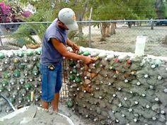 CONSTRUYENDO CON BOTELLAS muros para escuelas. Este es el futuro de la construccion
