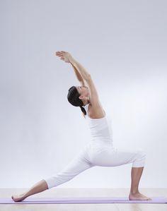2 - Poi alzati in piedi, gambe unite, braccia lungo i fianchi, lontane dal busto.  Quindi, fai un ampio passo in avanti con la gamba sinistra e, inspirando, solleva le braccia in alto ai lati del capo, senza irrigidire spalle e collo.  Ruota la punta del piede destro all'interno; espirando piega la gamba sinistra fino ad allineare la coscia. Per 3-5 respiri.
