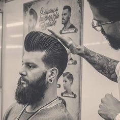 Barbeiro não faz pose, não é artista. Hair And Beard Styles, Hair Styles, Barbershop Design, Slick Hairstyles, Men's Cuts, Mens Hair, Beard No Mustache, Pompadour, Men's Grooming