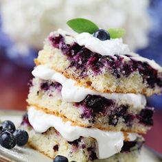 Gâteau à la vanille aux petits fruits des champs et crème fouettée