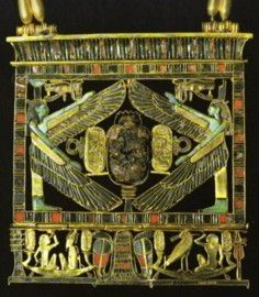 Tanis Grab Psussenes The first pectoral in openwork gold, with colorful inlays, height 12cm - was chosen to represent a small chapel above Hohlkehlenbekrönung with the traditional form. Despite the variety of details, which all relate to the king on the rebirth of the dead, the whole composition is harmonious and works through the broken work and the colorful cell technology extremely easy. Ancient Egyptian Jewelry, Ancient Art, Monuments, Statues, Egypt Games, Egypt Jewelry, Virtual Art, Futuristic Art, Ancient Egypt