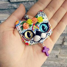 Halo!  Decided to make another Day Of The Dead kitty pendant - colorful odd eye cat of the dead  Feels just  right for Summer time, don't you think  ? #catart #catpendant #lovecats #diadelosmuertos #sugarskullcat