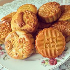 Mid-autumn festival is coming soon, why don't we together make grilled moon cakes ( bánh trung thu nướng ) at home. Vietnamese Dessert, Vietnamese Recipes, Asian Recipes, Vietnamese Food, Fall Cakes, Mooncake, Types Of Cakes, Dessert Recipes, Desserts