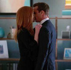 Suits' Harvey and Donna Kiss in Season 7 Episode 10 - Sarah Rafferty Interview ~Cover Art Inspiration, Office Romance Donna Suits, Suits Rachel, Serie Suits, Suits Series, Sarah Rafferty, Suits Show, Suits Tv Shows, Women's Suits, Suits Season 7