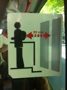 Met deze poster geven ze goed aan dat je goed afstand moet houden bij de deur om ongelukken te voorkomen.