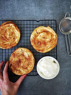 Super makkelijke appeltaartjes die op 15min klaar zijn! Bbq Desserts, Apple Dessert Recipes, Apple Recipes, Sweet Recipes, Baking Recipes, Delicious Desserts, Cake Recipes, Yummy Food, Charlotte Dessert